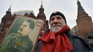 Мужчина с портретом Сталина в центре Москвы
