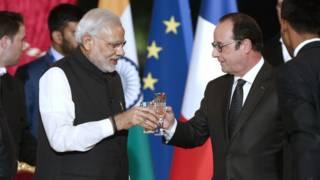 फ़्रांस के राष्ट्रपति ओलांद के साथ उनके निवास एलीज़े पैलेस में मोदी