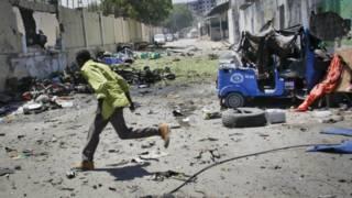 دارالحکومت موگادیشو میں ایک سرکاری عمارت کے گیٹ پر ہونے والے کار بم حملے کے بعد کا منظر