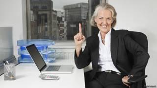 Пожилая женщина в рабочем кабинете