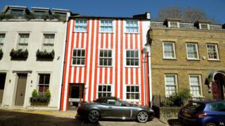 Casa de rayas blancas y rojas en Kensington.