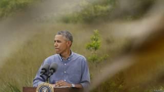 Obama saluda al director del parque Everglades, Pedro Ramos, a su llegada a Miami