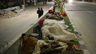 नेपाल में भूकंप के बाद सड़कों पर सोते लोग.