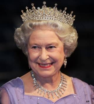 हीरे के मुकुट के साथ रानी एलिज़ाबेथ