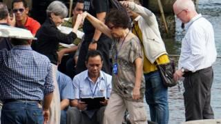印尼芝拉扎港口安德魯•陳母親海倫(中)在澳大利亞駐巴厘總領事攙扶下登船前往努薩安邦島監獄(26/4/2015)