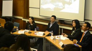 王曉兵(左二)在中國商業周論壇上與聽眾互動