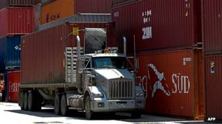 Camión y contenedores en el puerto de Cartagena
