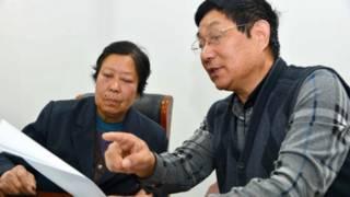 聂树斌母亲和律师在讨论案情