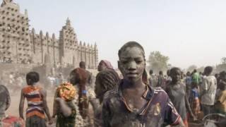 Fotoğralarla: Mali'deki Büyük Cami'ye çamur imecesi