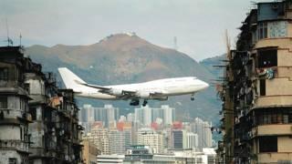 Самолет приземляется в аэропрту Гонконга, ныне закрытом