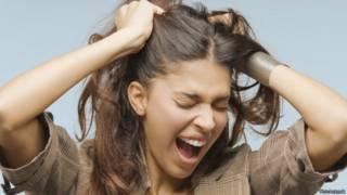 Mujer halándose el cabello