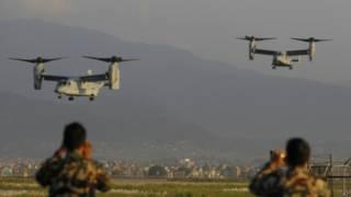 """Американские самолеты """"Оспрей"""" идут на посадку в аэропорту Катманду"""