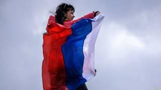 Женщина в российском флаге