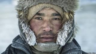 El fotógrafo Timothy Allen acompañó en su travesía a una familia nómada del oeste de Mongolia. Este es un retrato de Shoha. Cada día  despierta a sus los animales antes del alba para reanudar el viaje, enfrentándose a temperaturas que alcanzan los 40 grados bajo cero.
