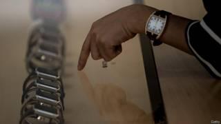 Рука покупателя, выбирающего себе Apple Watch