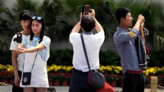 中國遊客在天安門廣場前自拍(30/04/2015)