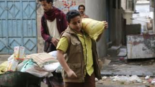 یمن کې وګړي د خوارکي توکو او سونتوکو له سخت کمښت سره مخامخ شوي