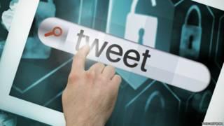 Una persona escribiendo un tuit en una tableta