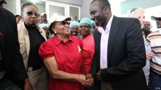 Президент Либерии пожимает руку доктору