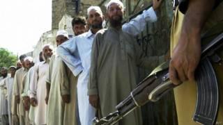 पाकिस्तान में वोट देने के लिए क़तार में खड़े लोग.