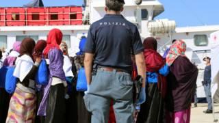 抵达意大利港口的利比亚船民
