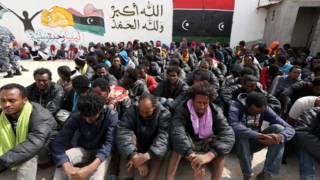 利比亞的黎波里一批被截獲偷渡者在阿布薩利姆非法移民拘留中心席地而坐(21/4/2015)