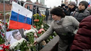 Цветы у места гибели Бориса Немцова