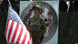 Военнослужащий с флагом учений
