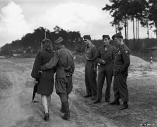 Американские солдаты и советский солдат с женщиной