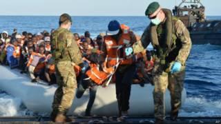Военные королевского флота Британии участвуют в спасении мигрантов в Средиземном море