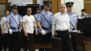 庭警带领王文军(前右二)等被告人进入法庭(新华社图片18/5/2015)