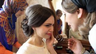 Невеста во время предсвадебных приготовлений