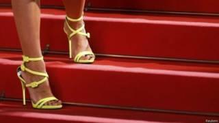 قدم امرأة ترتدي حذاء بكعب عال
