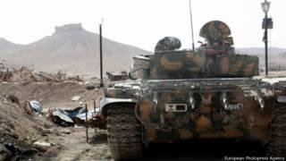 Сирийский танк на фоне древней Пальмиры