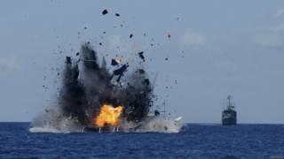 印尼海軍在北蘇拉威西省比通市海域炸沉一艘漁船(20/5/2015)
