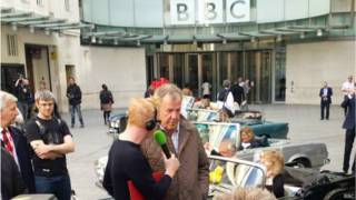 Jeremy Clarkson trả lời phỏng vấn Chris Evans trước cửa trụ sở BBC, Broadcasting House, ở trung tâm London
