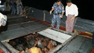 مهاجرون داخل قارب