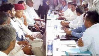 सरकारी प्रतिनिधियों से बातचीत करते गूजर नेता