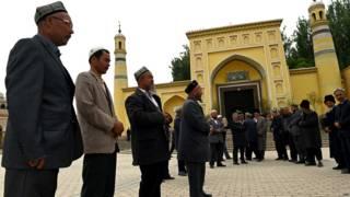 新疆喀什大清真寺外的維族群眾(19/4/2015)