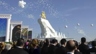Статуя президента Туркмении
