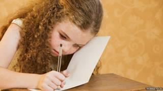 طفلة تكتب