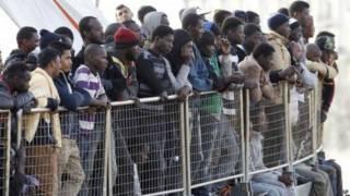 مهاجرين في قارب