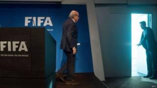 Зепп Блаттер покидает пресс-конференцию