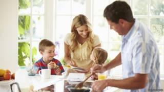 Pai que participa de criação gera filhos mais inteligentes e felizes, diz estudo