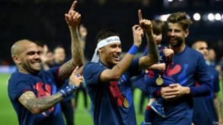 """Слева направо: игроки """"Барселоны"""" Даниэль Альвес, Неймар и Жерар Пике празднуют победу в финале Лиги чемпионов 6 июня 2015 г."""