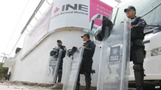 Policías frente a sede del INE en Guerrero