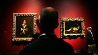 Посетители в музее перед картинами мастеров