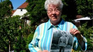 Christel Riese com a foto de seu pai, desaparecido na 2ª Guerra
