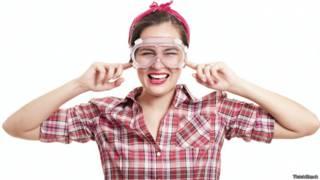 Por qué en California quieren que los actores porno usen gafas