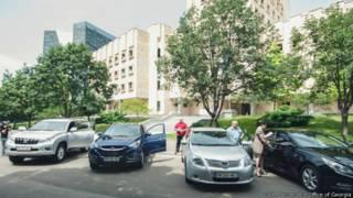 Автомобили перед зданием главной прокуратуры Грузии в Тбилиси